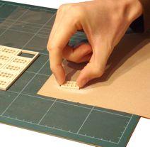Entfern vorsichtig mit feinem (z.B. 180er) Schleifpapier oder einem scharfen Bastelmesser stehen gebliebene Späne. Üb möglichst wenig Druck aus, damit die Fenstersprossen nicht ausbrechen.