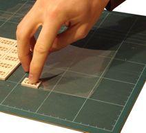 Kleb mit einem geeigneten Kleber die Fensterrahmen auf transparente Folie.<br>Zur Auswahl des Klebers sieh dir bitte die Sicherheitshinweise unten an.