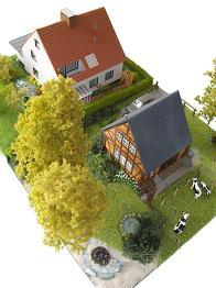 Vergrößern: Ein Haus aus den 70er Jahren und ein Ferienhaus im Fachwerkstil (beide in H0 / 1:87)